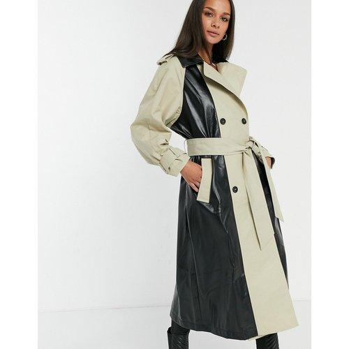 Trench-coat en vinyle à empiècements - Noir & taupe - ASOS DESIGN - Modalova