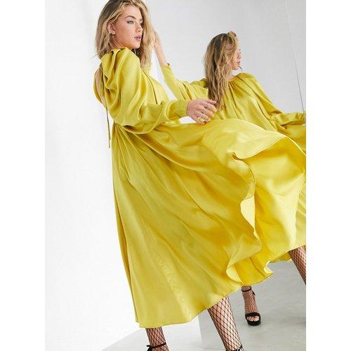 Robe mi-longue en satin avec décolleté dos et lien à nouer - Moutarde - ASOS EDITION - Modalova