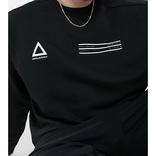 ASOS - Unrvlld Supply Plus - Sweat-shirt oversize à logos sur la poitrine - ASOS Unrvlld Supply - Modalova