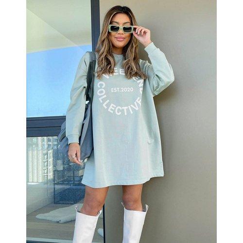 Robe t-shirt oversize à manches longues avec logo - Sauge - ASOS Weekend Collective - Modalova