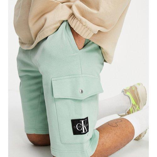 Exclusivité ASOS - Short à écusson monogramme - Calvin Klein Jeans - Modalova