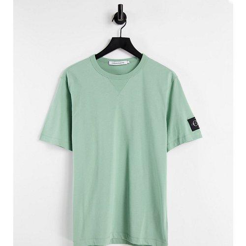 Exclusivité ASOS - T-shirt à écusson monogramme - Calvin Klein Jeans - Modalova