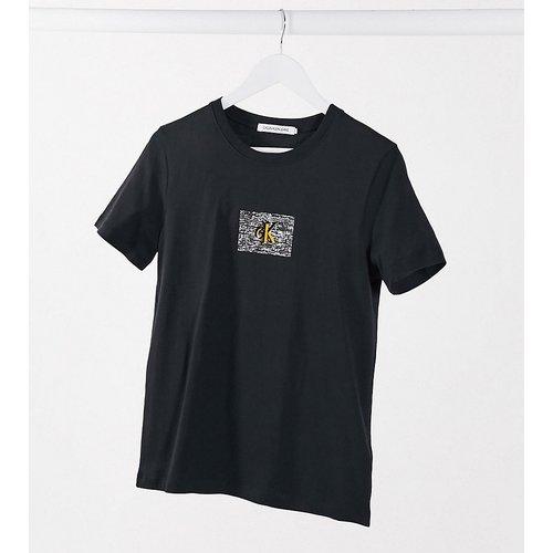 Exclusivité ASOS - T-shirt court avec logo sur l'avant - Calvin Klein Jeans - Modalova
