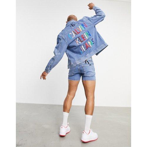 Pride - Veste en jean avec imprimé arc-en-ciel dans le dos - délavé moyen - Calvin Klein Jeans - Modalova