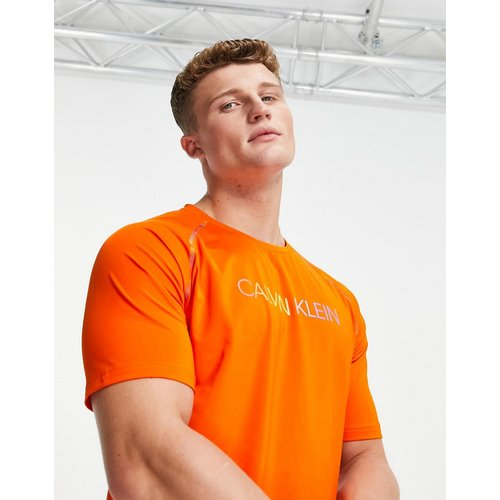 Performance - Capsule Pride - T-shirt à logo et coutures arc-en-ciel sur les bras - périlleux - Calvin Klein - Modalova