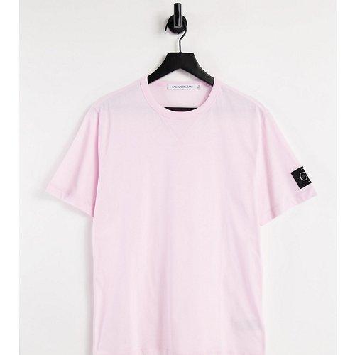 Exclusivité ASOS - - T-shirt à écusson monogramme - Calvin Klein Jeans - Modalova