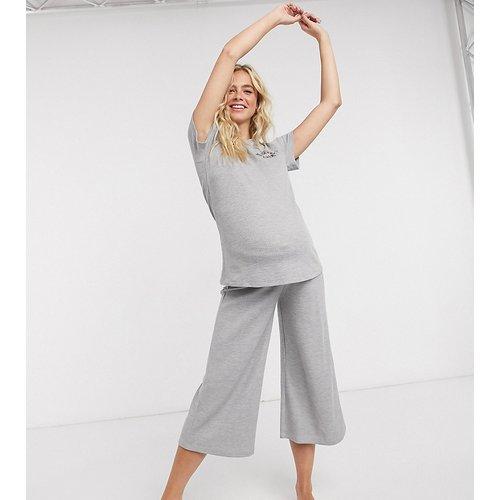 Exclusivité ASOS DESIGN Maternity - No sleep club - T-shirt et jupe-culotte de pyjama aspect gaufré - ASOS Maternity - Modalova