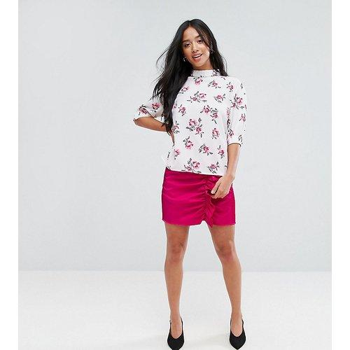 Mini-jupe avec volants froncés en tissu luxueux - Fashion Union Petite - Modalova