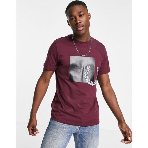T-shirt à logo graphique ton sur ton - Bordeaux - Fred Perry - Modalova