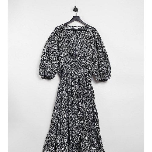 Robe portefeuille mi-longue avec jupe à volants et petites fleurs vintage - Glamorous Curve - Modalova