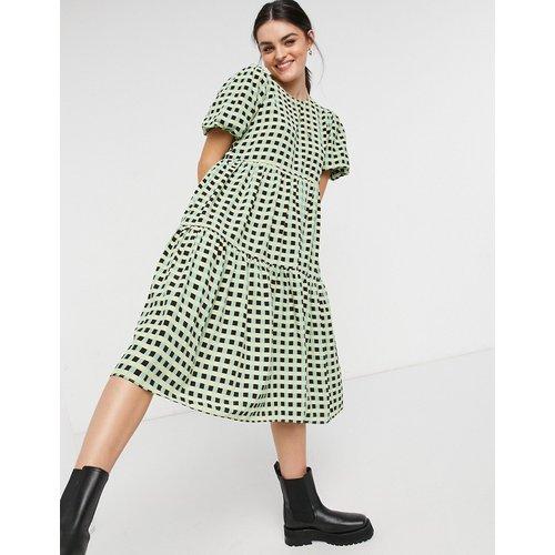 Robe babydoll mi-longue à carreaux et jupe volantée - Glamorous - Modalova