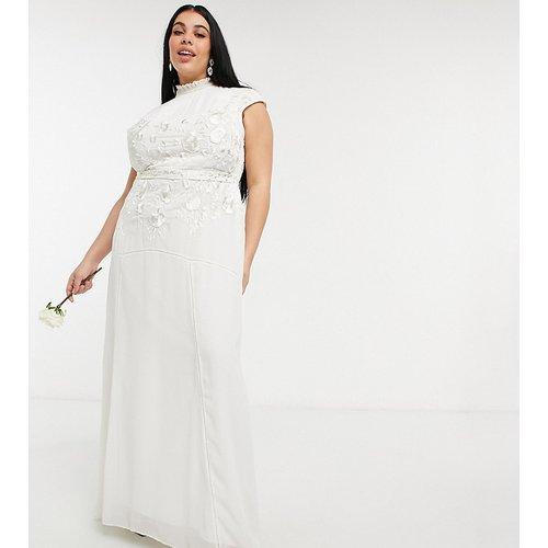 Robe de mariée longue ornée de perles et de fleurs avec goutte d'eau dans le dos - Ivoire - Hope & Ivy Plus - Modalova