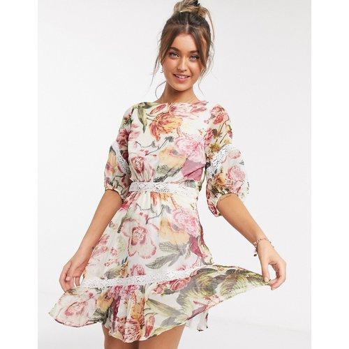 Robe courte à fleurs avec ourlet volanté et dos ouvert - Hope & Ivy - Modalova