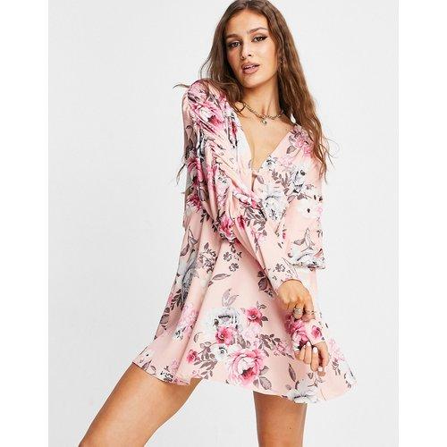 Robe courte décolleté plongeant et bretelles croisées dans le dos - Imprimé floral rose poudré - Lashes of London - Modalova