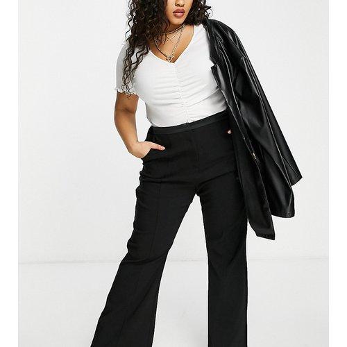 Pantalon évasé ajusté en satin mélangé - Lavish Alice Plus - Modalova