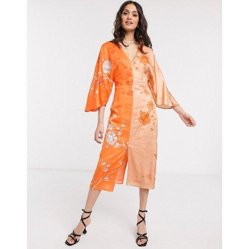 Robe mi-longue contrastée style kimono avec fente - Orange fleuri - Liquorish - Modalova