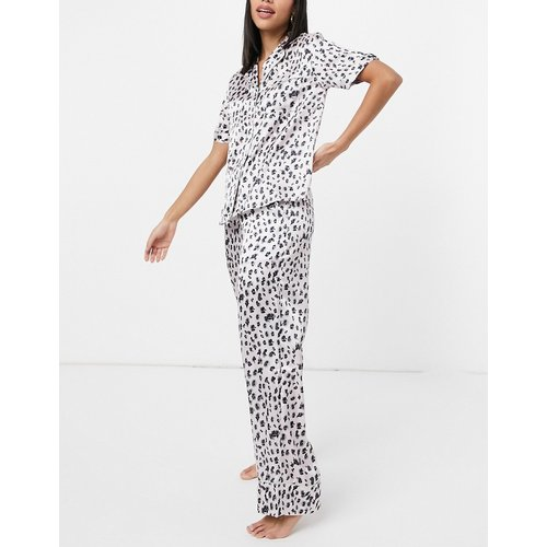 Vêtements de nuit - Haut de pyjama à motif léopard noir et blanc et bord sauge - Liquorish - Modalova