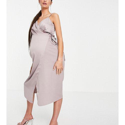 Robe mi-longue en satin à coupe cache-cœur - Little Mistress Maternity - Modalova
