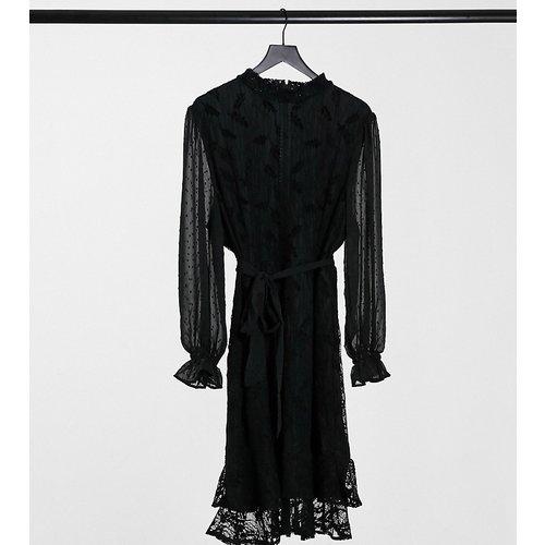 Robe courte en dentelle à col montant et manches longues avec lien à la taille - Little Mistress Plus - Modalova