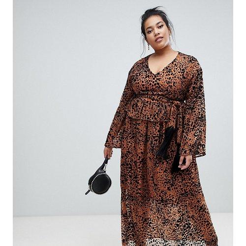 Robe longue nouée à la taille à imprimé léopard - Lost Ink Plus - Modalova