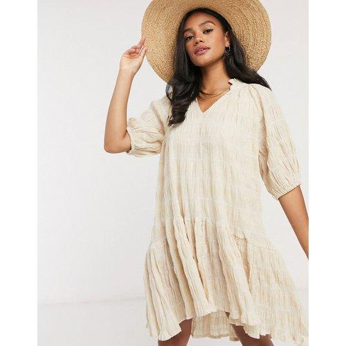 Robe babydoll courte taille basse en tissu texturé - Neon Rose - Modalova