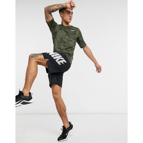 Nike - Pro Training - Haut de sous-vêtement à imprimé camouflage sur l'ensemble - Nike Training - Modalova