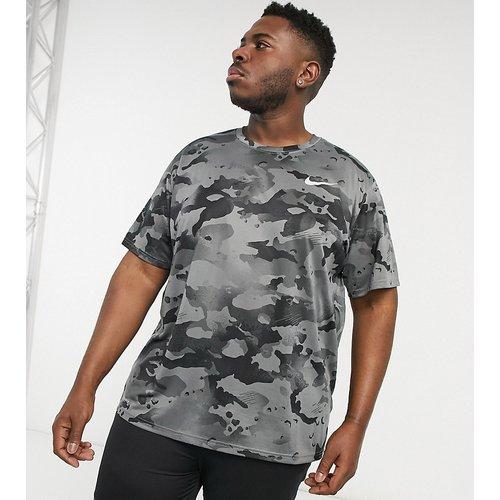Plus - T-shirt à imprimé camouflage sur l'ensemble - Nike Training - Modalova