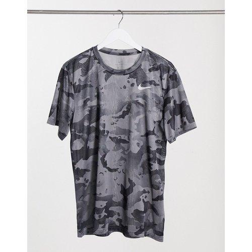 T-shirt à imprimé camouflage sur l'ensemble - Nike Training - Modalova