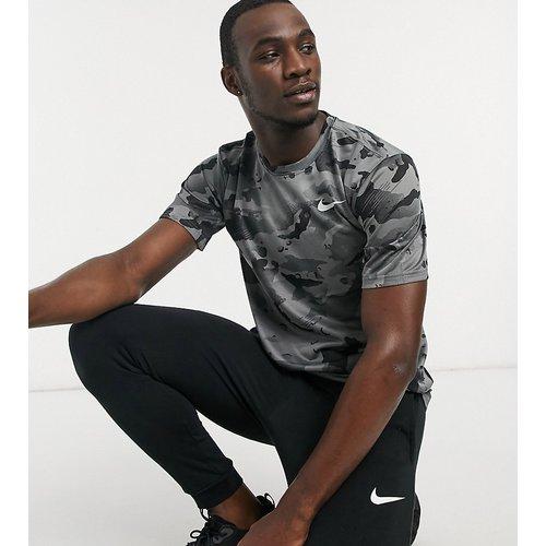 Tall - T-shirt à imprimé camouflage sur l'ensemble - Nike Training - Modalova