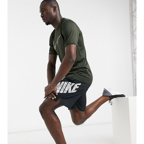 Tall - T-shirt avec logo virgule à imprimé camouflage - Noir - Nike Training - Modalova