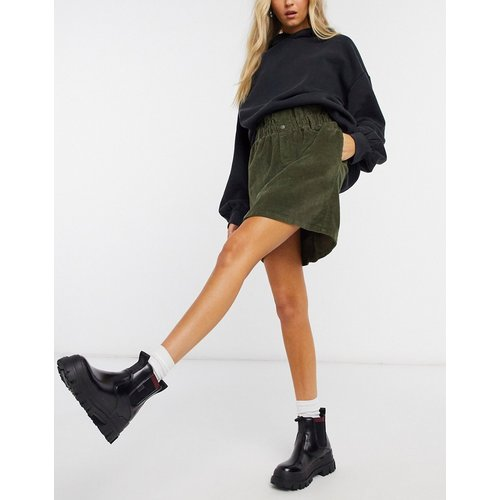 Mini-jupe en velours côtelé à taille haute froncée - Kaki - Noisy May - Modalova
