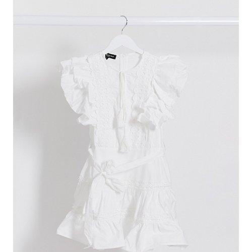 Robe courte bordée de dentelle avec manches à volants - Parisian Petite - Modalova