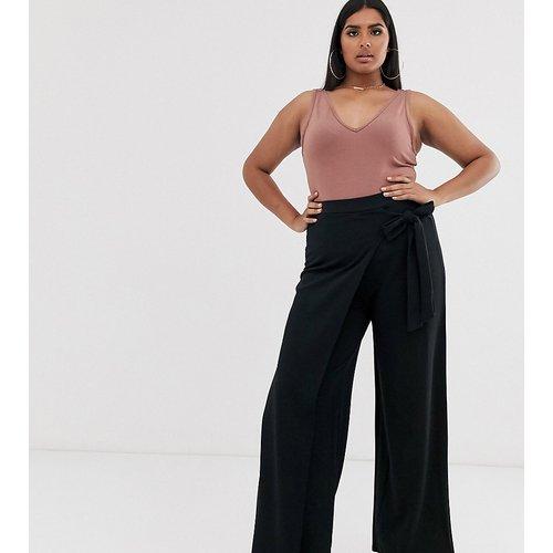 Pantalon large avec effet drapé - PrettyLittleThing Plus - Modalova