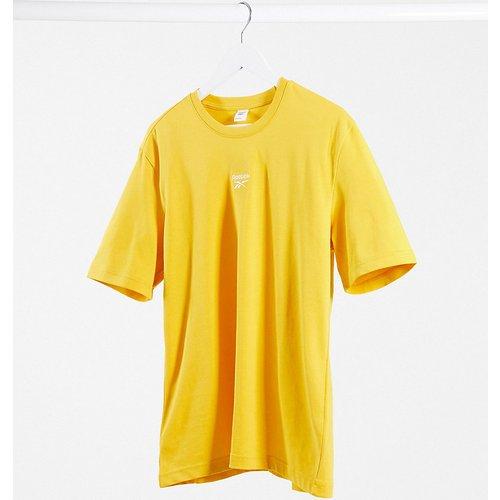 T-shirt coupe masculine avec logo au centre - Jaune - Exclusivité ASOS - Reebok - Modalova