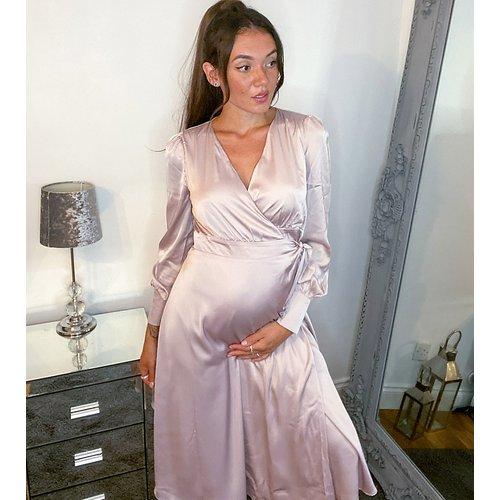- Robe mi-longue cache-cœuren coton satiné à manches longues avec ceinture - TFNC Maternity - Modalova