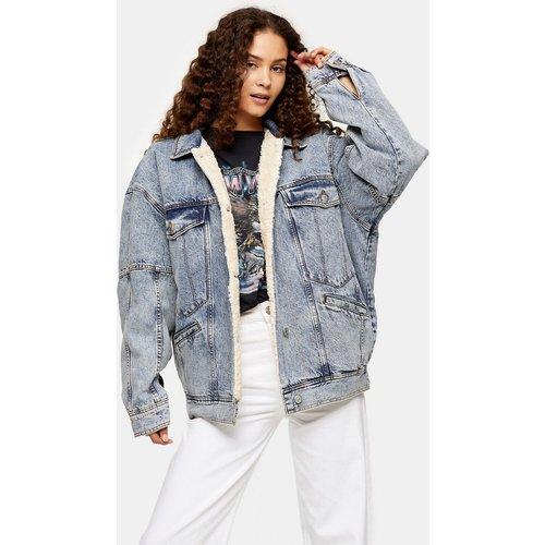 Veste oversize en jean de coton recyclé avec bordure imitation peau de mouton - Bleu moyen - Topshop - Modalova
