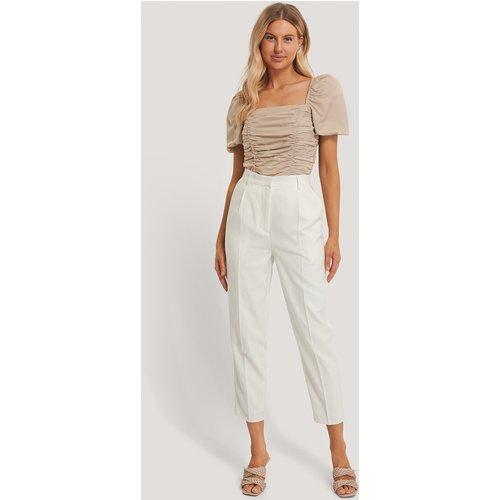 Pantalon De Costume Plissé - White - Chloé B x NA-KD - Modalova