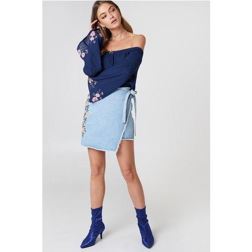 Embroidered Wrap Denim Skirt - Blue - Debiflue x NA-KD - Modalova
