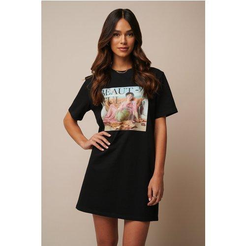 Beautiful Printed T-shirt Dress - Black - Donnaromina x NA-KD - Modalova