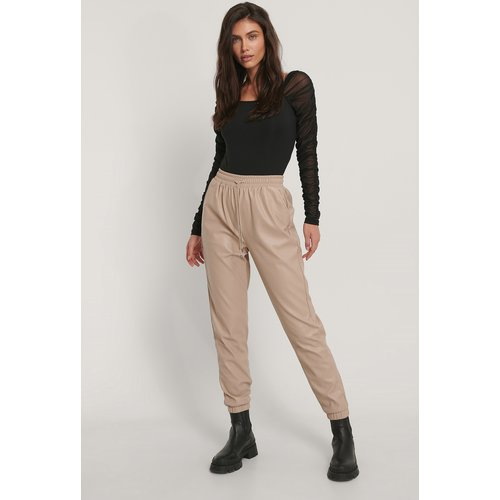 Pantalon Faux Cuir - Beige - Jasmin Azizam x NA-KD - Modalova