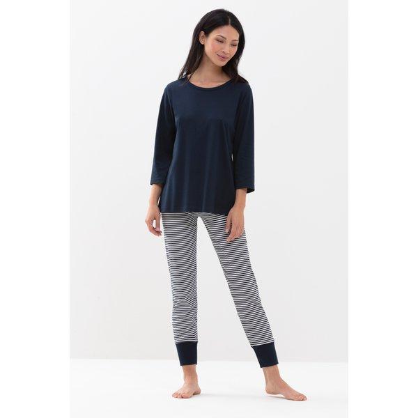 Artikel klicken und genauer betrachten! - In diesem klassischen Schlafanzug von Mey verbringen Sie garantiert angenehme und warme Nächte. Der Pyjama ist aus 100% Baumwolle in Interlock-Qualität gefertigt, was ihn besonders anschmiegsam und weich macht. Gleichzeitig sorgt das Naturmaterial für ein wunderbares Hautklima. Die 7/8 Hose besticht mit einem klassischen Querstreifen-Design in Night Blue und Weiß, was durch einfarbige Bündchen am Beinabschluss abgerundet wird. | im Online Shop kaufen