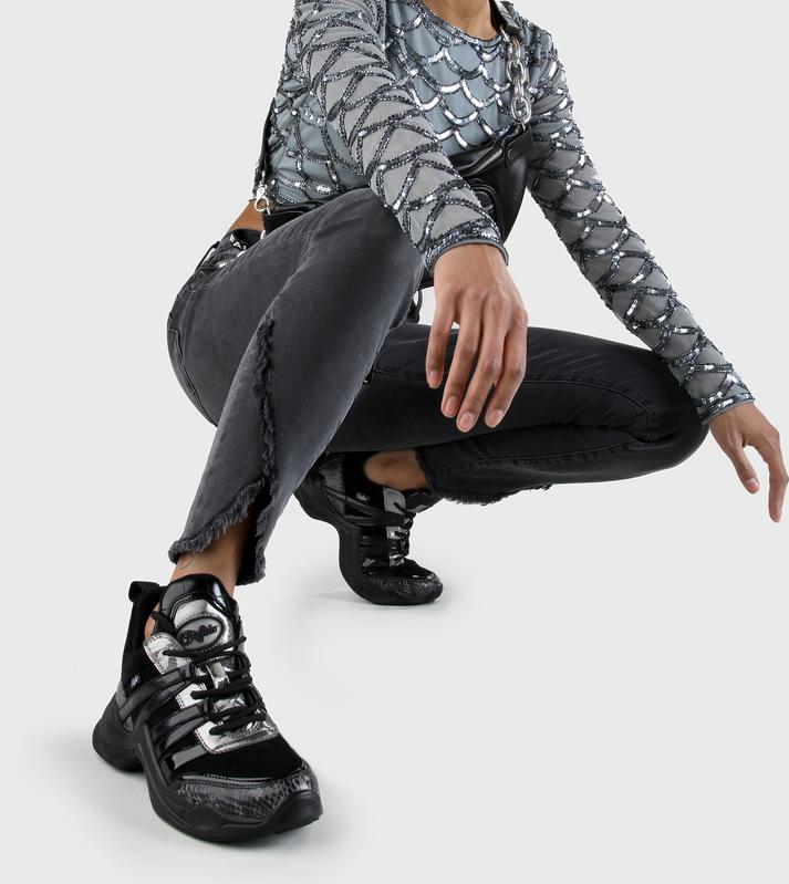 Artikel klicken und genauer betrachten! - Du liebst ein sportliches Auftreten mit einem Hauch von Eleganz? Der Cavi Sneaker mit seiner gemütlichen Sohle, schwarzem Kunstleder und einem schicken Schlangenprint eignet sich bestens für Dein nächstes Festivalabenteuer. Als Fashion Lover kannst Du ihn ganz locker mit Skinny Jeans oder einem luftigen Kleid kombinieren. Features: Schlangenlederoptik 4 cm Plateau Schnürsneaker Zuglasche an der Ferse | im Online Shop kaufen