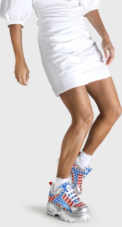 Artikel klicken und genauer betrachten! - Der Klassiker ist zurück – und wie! Mit dem Buffalo Classics Sneaker im coolen USA-Motto machst Du jede Street zum Catwalk. So punktet dieser Eyecatcher mit einem aufregenden Mix aus wildem Print und superhoher Plateausohle, die dank tiefer Profilierung besonders gut zur Geltung kommt. Zudem ist der Schuh aus echtem Leder gefertigt und somit überaus widerstandsfähig. Features: Leder mittelhoher Schaft hohe Plateausohle | im Online Shop kaufen