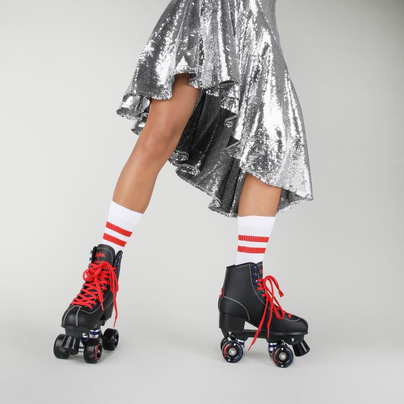Artikel klicken und genauer betrachten! - Roll it, Girl! Die Buffalo Roller Skates begeistern nicht nur Retro-Fans: Ihr klassisches Design mit Schnürleiste besticht mit schwarzer Farbgebung, roten Kontrasten und blauem Blitz-Detail. Ein kleiner Heel verlängert eure Beine und lässt euch besonders sexy dahingleiten. Features: Rollerskates mit schwarzen Rollen gepolsterter Einstieg strapazierfähiges Obermaterial | im Online Shop kaufen