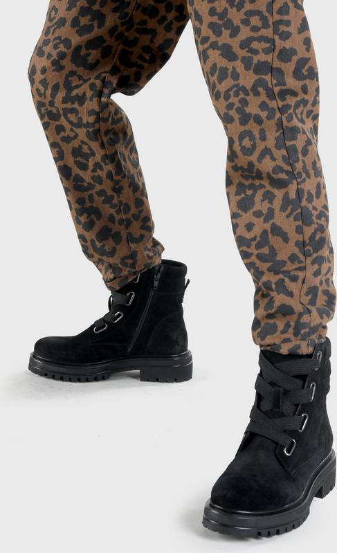 Artikel klicken und genauer betrachten! - Ein warmer Schuh für kalte Tage: Das ist der Margot Bootie aus softem Wildleder. Der schwarze Schuh passt zu jedem Outfit. Die extra breiten Schnürsenkel sorgen für einen modernen Look und das glänzende Highlight sind die silbernen Ösen. Der hohe Schaft macht das Design komplett. Features: aus Wildleder breite Schnürsenkel in kombinierfreudigem Schwarz | im Online Shop kaufen
