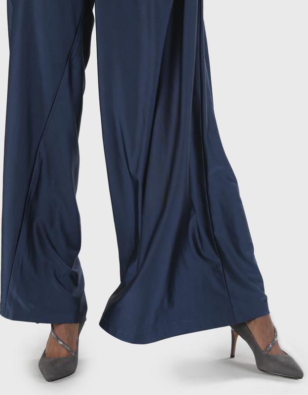 Artikel klicken und genauer betrachten! - Der perfekte Schuh für Deinen eleganten Anlass: Der taupefarbene Pump Maeve gibt Deinem femininen Auftritt das gewisse Extra. Durch seine aufregende Form, den 7,6 cm hohen Absatz, die nach vorne spitz zuläuft und den detailverliebten Riemen ist er ein wahrer Blickfang. Der verschließbare Riemen bietet zusätzlichen Halt. Features: Wildleder-Optik in Taupe verschließbarer Riemen 7,6 cm hoher Absatz spitz zulaufend | im Online Shop kaufen